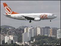 Avión aterrizando en el aeropuerto Santos Dumont en Río de Janeiro