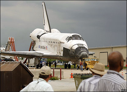 Nasa employees watch as shuttle rolled back to orbiter processing facility
