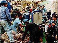 Grupos de rescate buscan víctimas entre los escombros de la AMIA (Foto de archivo)