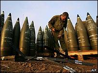 Un soldado israelí prepara proyectiles