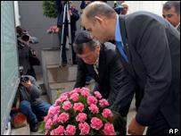 Personalidades de la comunidad judía colocan flores durante ceremonia en Buenos Aires