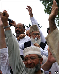 Supporters of an Islamic political party shout anti government slogans during a rally in Islamabad