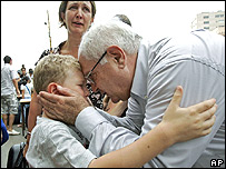 Un niño abraza a su abuelo durante la evacuación.