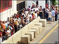 Ciudadanos canadienses esperando ser evacuados, frente a su embajada en Beirut.
