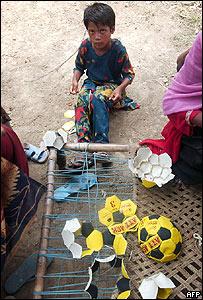 Niño cosiendo un balón en Bangladesh