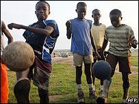 Niños jugando fútbol