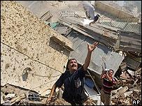 Libaneses liberan palomas atrapadas en medio de los escombros causados por bombardeos
