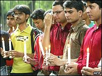 Ciudadanos indios durante homenaje a las víctimas de los atentados del tren.