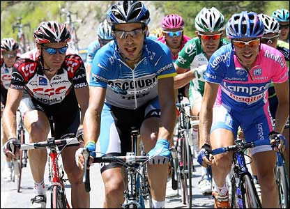 Jens Voigt (l), Egoi Martinez (c) and Damiano Cunego in action