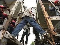 Inmigrantes centroamericanos viajan en tren rumbo a Estados Unidos.