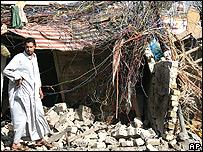 Un iraquí frente a su casa destruida por auto-bomba.
