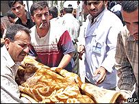 Iraquíes llevan a un herido.