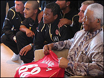 Nelson Mandela with his Man Utd shirt