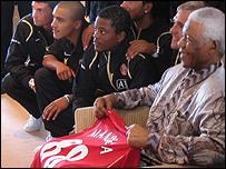 Nelson Mandela with his Man Utd shirt
