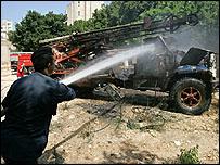 عربة نقل بعد تدميرها إثر سقوط صاروخ على الأشرفية