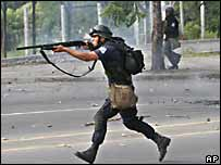 Polic�a antimotines dispara balas de pl�stico contra una manifestaci�n estudiantil en Managua, Nicaragua, en junio de 2006