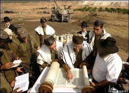 Israeli troops read Torah scrolls as they pray at Kiryat Shmona