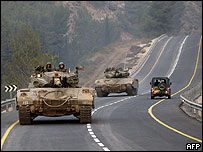 Tanques israelíes cerca a la frontera con Líbano.