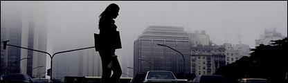 Una mujer cruzando la calle en Buenos Aires
