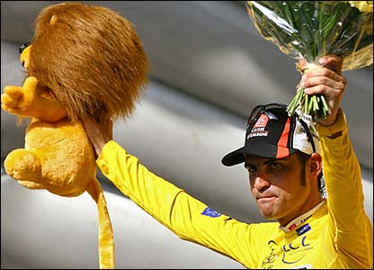 Oscar Pereiro celebrates retaining the yellow jersey