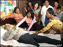 Mourners touch the body of Ta Mok