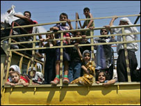 Lebanese flee from Tyre on a truck