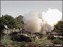 Tanques israelíes disparan desde el pueblo fronterizo de Avivim, en Israel.