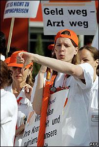 """""""No money - no doctor"""": striking doctors in Frankfurt-on-Main"""