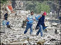 Residentes en una zona del sur de Beirut buscan sus pertenencias entre los escombros