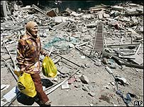 Una libanesa abandona el sur de Beirut