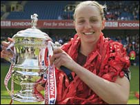 Faye White lifts the Women's FA Cup