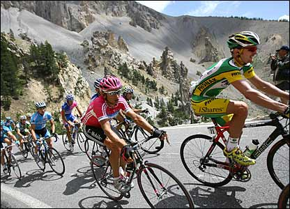 Floyd Landis leads a pack of riders on stage 15
