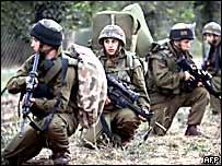 Soldados israelíes se preparan para una incursión militar