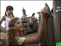 طفلة إسرائيلية تكتب على قاذفة