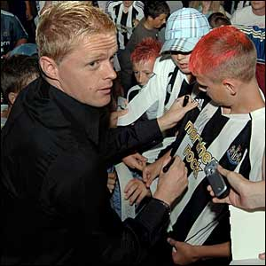 Damien Duff meets Newcastle fans after signing from Chelsea