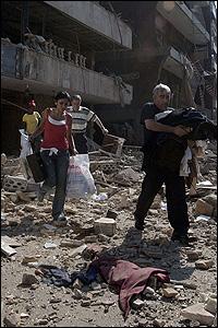 أسرة لبنانية تفر من القصف الإسرائيلي