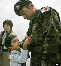 A soldier greets his son on 20 July 2006