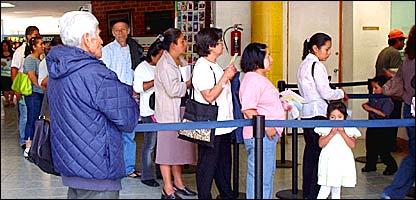 Pacientes forman fila en la recepci�n del Hospital Manuel GEA Gonz�lez.