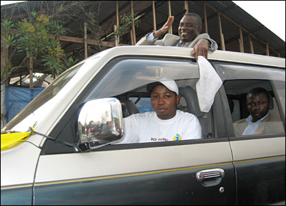 Candidate Kambale Kalimbalu waving in Goma from his car