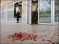 Sangre fuera de un banco en Haifa.