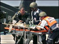 Израильский солдат, пострадавший во время операции в Ливане, на носилках