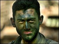 جندي إسرائيلي قرب عربته المدرعة بمحاذاة الحدود مع لبنان بعد العبور إلى إسرائيل في أعقاب عمليات ليلية داخل لبنان، 27 يوليو/تموز 2006 - أسوشييتدبرس