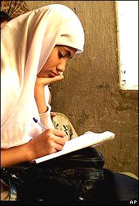 Niña afgana en escuela.