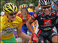 Oscar Pereiro (R) and Floyd Landis shake hands near the Tour de France finish