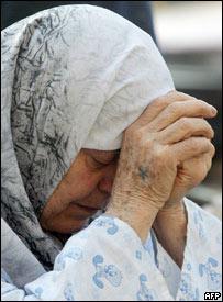 لبنانية فرت من بيتها بجنوب لبنان ترتاح في فندق بصور، 27 يوليو/تموز 2006
