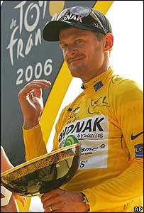 Floyd Landis recibiendo la copa del Tour de Francia 2006