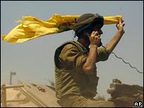 Soldado israelí con bandera amarilla.