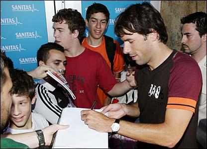 Ruud van Nistelrooy signs autographs