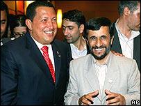 Hugo Chávez y Mahmoud Ahmedinejad en reunión en Gambia
