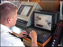 Operario de la marina polaca con radar.